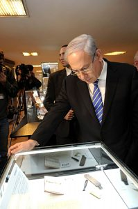 Israeli Prime Minister Benjamin Netanyahu inspects items related to Eichmann's trial (courtesy of Israel Government)