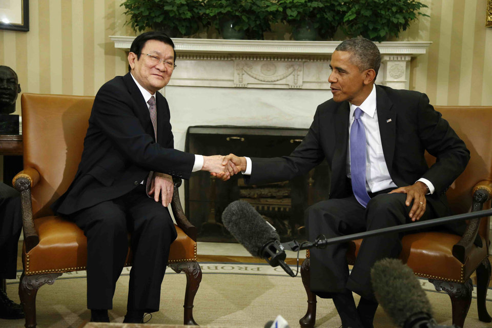 Barack Obama shakes hands with Vietnam's President Truong Tan Sang