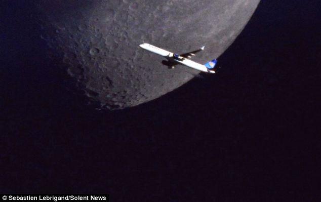 Plane Flying on Moon2