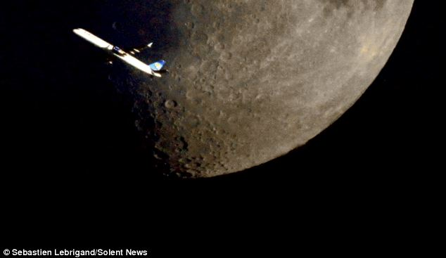 Plane Flying on Moon4