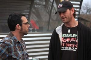 hombres conversando
