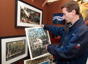 Lee Wright muestra sus pinturas que le ayudaron a salir adelante.
