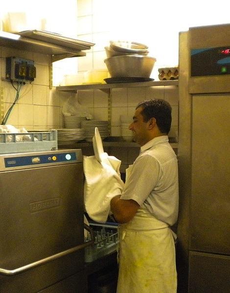 800px-Punjabi_cook_and_dishwasher