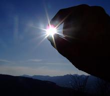 sun-blessing-judaism-finger-hold-photo.jpg